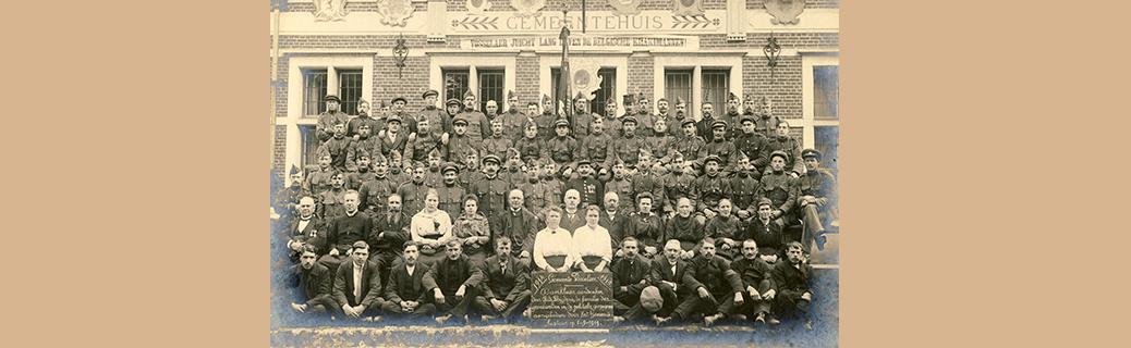 Foto genomen in 1919 als aandenken aan de oud-strijders, de gesneuvelden en de politieke gevangenen van de Eerste Wereldoorlog.